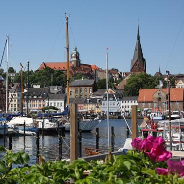 Blick auf den Museumsberg über den Flensburger Hafen